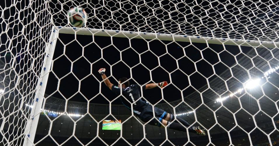 04.jul.2014 - Ospina não consegue alcançar a cobrança de falta de David Luiz, o segundo gol do Brasil na vitória por 2 a 1 sobre a Colômbia no Castelão