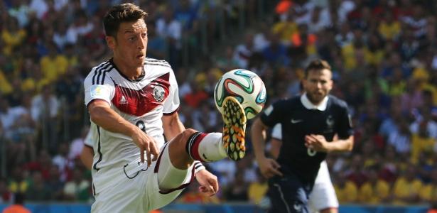 Ozil domina a bola durante jogo da Alemanha contra a França, no Maracanã, pelas quartas de final da Copa