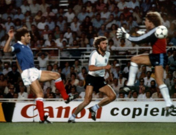 Patrick Battiston, da França, pouco antes de ser atingido pelo goleiro Harald Schumacher, da Alemanha