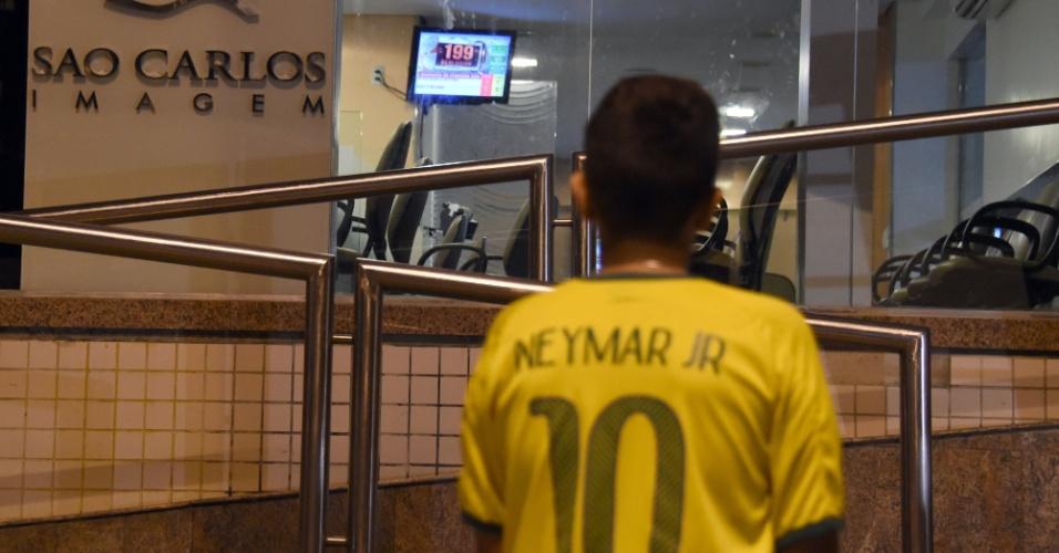 Pequeno fã de Neymar aguarda fora de clínica médica que atendeu o atacante da seleção brasileira após partida contra a Colômbia