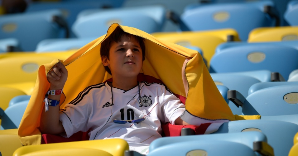 Pequeno torcedor da Alemanha se protege do sol antes do jogo contra a França