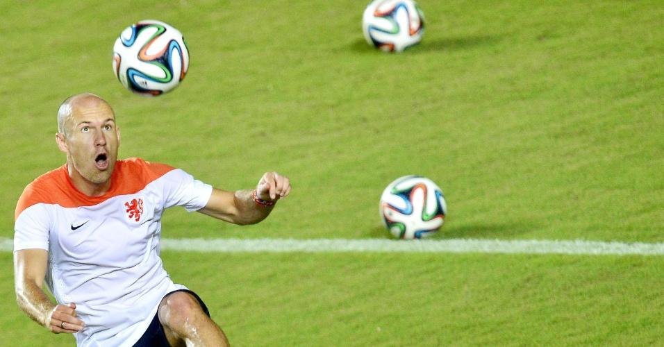 Robben cabeceia bola durante treinamento da Holanda, na Bahia
