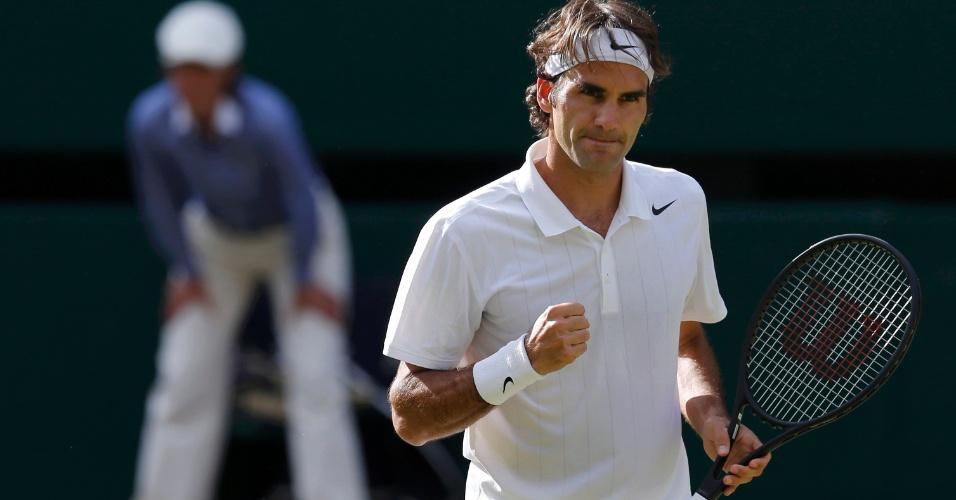 Roger Federer comemora ponto diante de Milos Raonic em semifinal de Wimbledon, nesta sexta