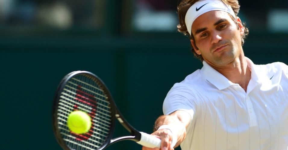 Roger Federer concentrado durante a semifinal dante de Milos Raonic em Wimbledon