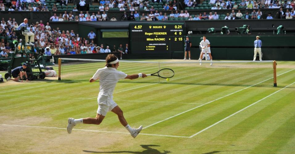 Roger Federer se defende diante de Milos Raonic durante semifinal em Wimbledon