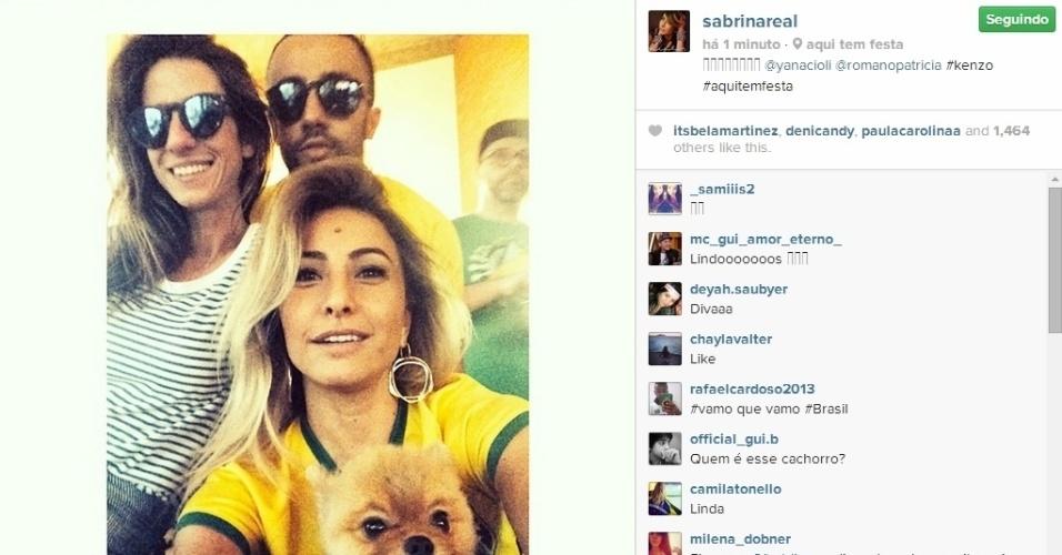 Sabrina Sato posta foto na torcida pelo Brasil contra a Colômbia pelas quartas de final da Copa