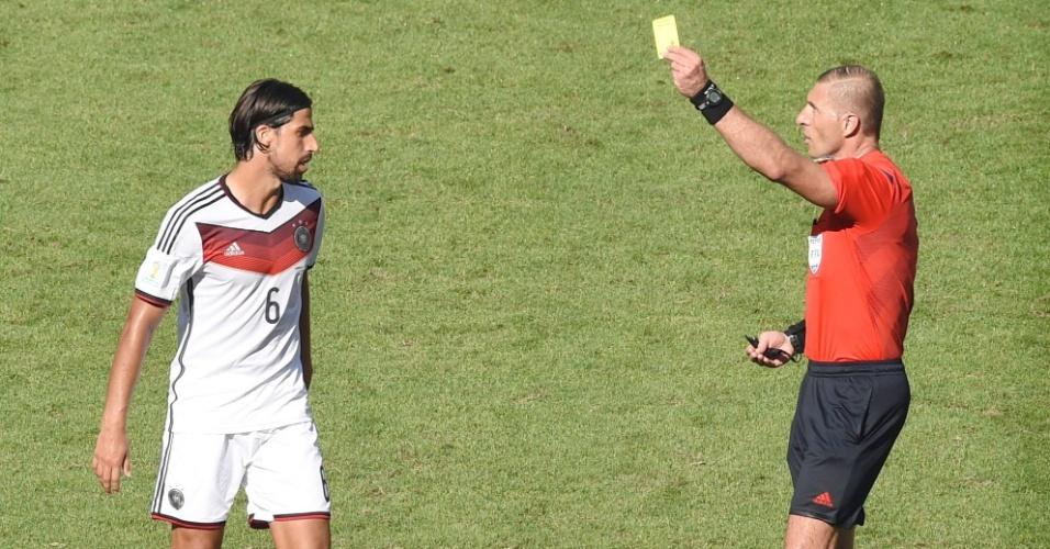 Sami Khedira recebe o cartão amarelo após lance na partida entre Alemanha e França