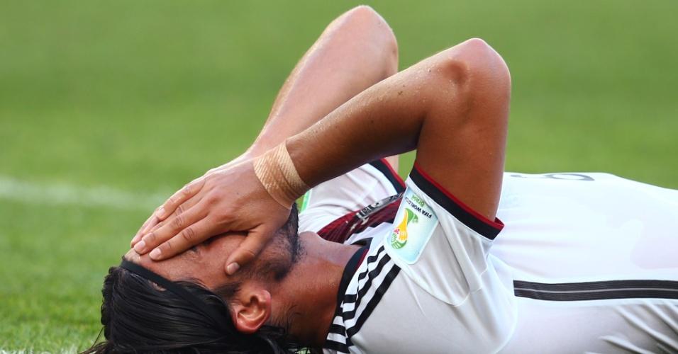 Sami Khedira, volante da Alemanha, fica no chão após perder chance clara de gol contra a França