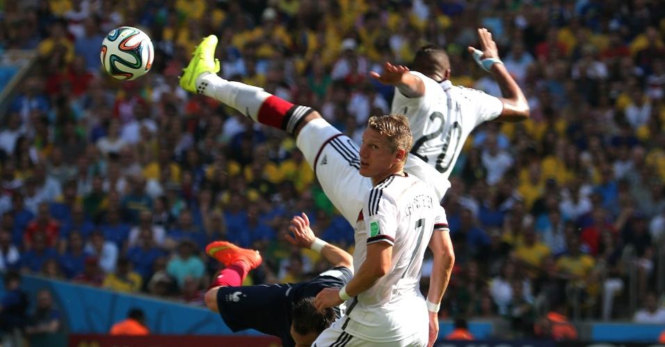 Schweinsteiger observa a bola após disputa entre franceses e alemães