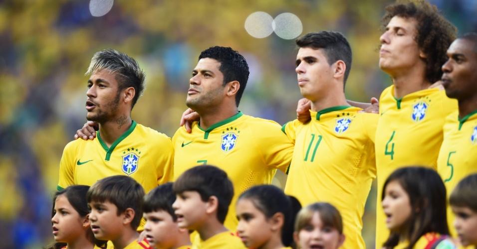 04.jul.2014 - Seleção brasileira canta o hino nacional antes da partida contra a Colômbia, no Castelão