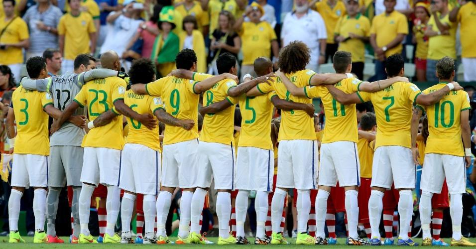 04.jul.2014 - Seleção brasileira fica perfilada no Castelão para a execução do hino nacional, antes do jogo contra a Colômbia
