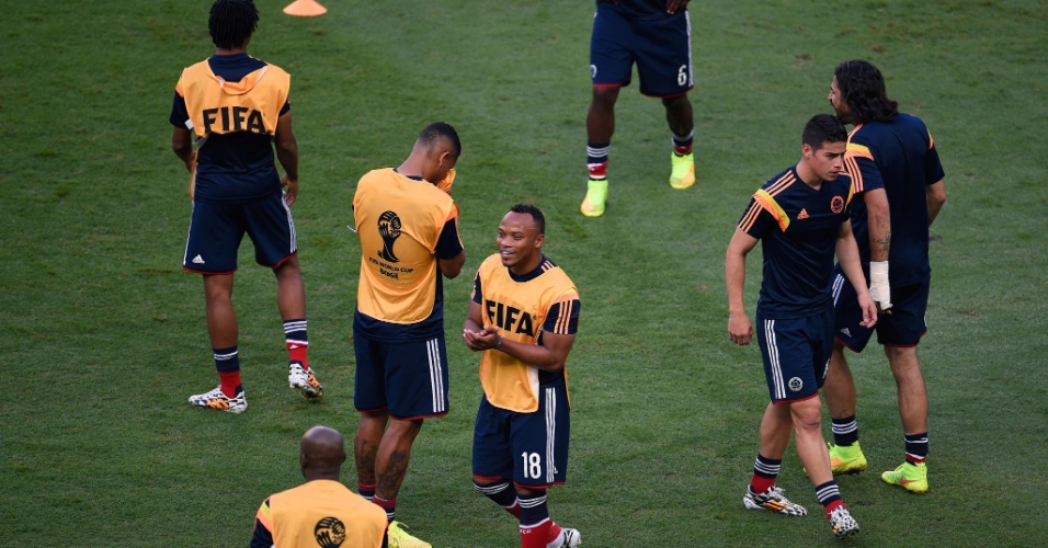 04.jul.2014 - Seleção colombiana se aquece no gramado do Castelão, antes do jogo contra o Brasil, pelas quartas de final