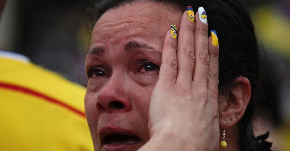 Senhora colombiana chora em Bogotá com derrota da Colômbia por 2 a 1 para o Brasil, no Casteão