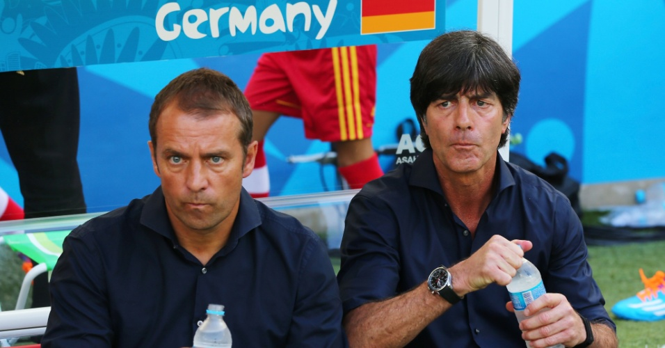 Técnico da Alemanha, Joachim Low e seu assistente Hansi Flick bebem água durante a partida contra a França, no Maracanã