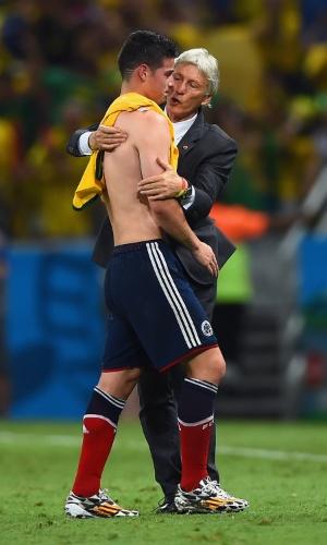 04.jul.2014 - Técnico da Colômbia, Jose Pekerman, consola James Rodriguez após a derrota por 2 a 1 para o Brasil no Castelão