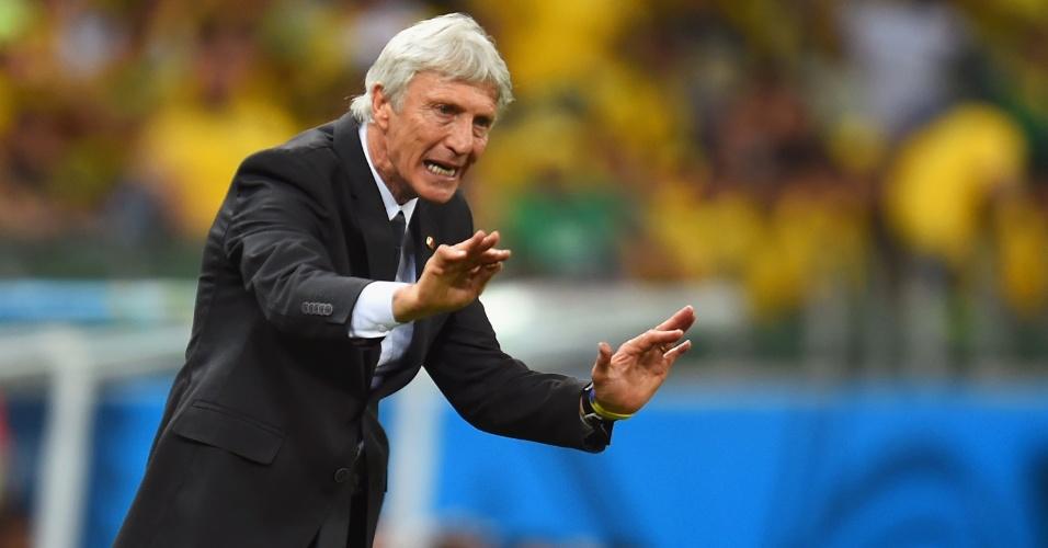 04.jul.2014 - Técnico da Colômbia, Jose Pekerman, orienta seus jogadores durante a partida contra o Brasil, no Castelão
