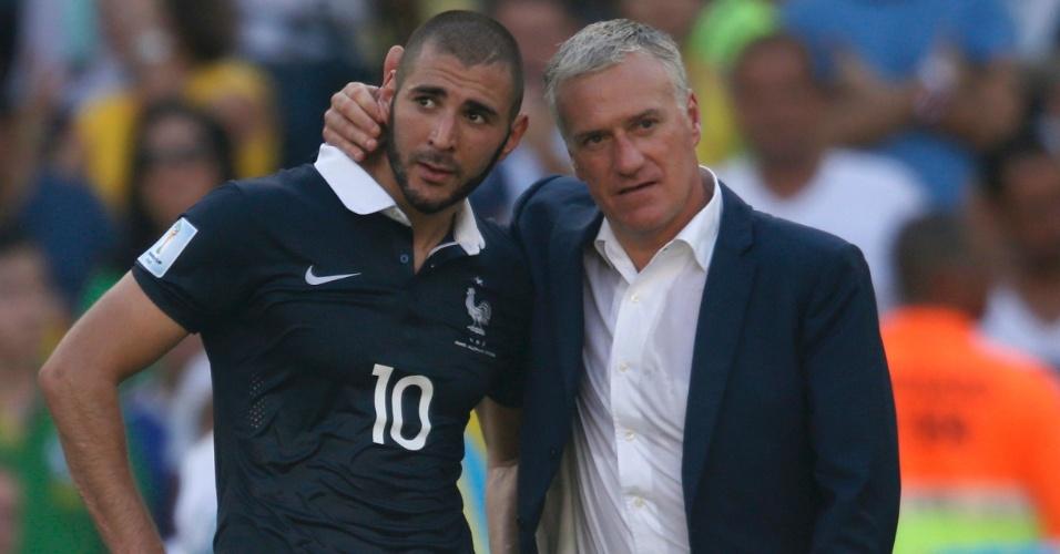 Técnico Didier Deschamps consola o atacante Karim Benzema após eliminação da França da Copa do Mundo