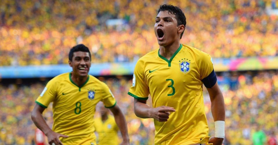 04.jul.2014 - Thiago Silva comemora com Paulinho após abrir o placar para o Brasil contra a Colômbia, no Castelão