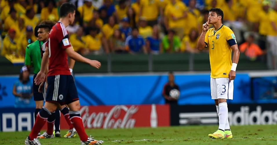 04.jul.2014 - Thiago Silva pede para colombiano fazer silêncio no primeiro tempo do jogo entre Brasil e Colômbia, no Castelão