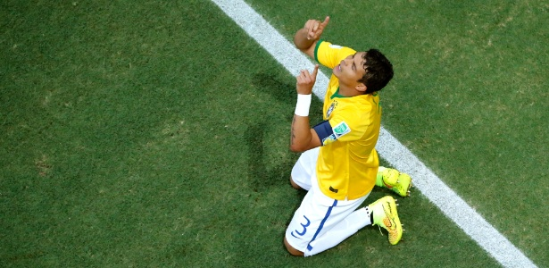 Thiago Silva comemora gol que fez contra a Colômbia, nas quartas de final