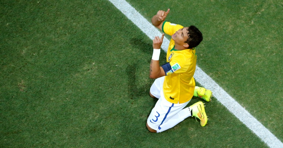 04.jul.2014 - Thiago Silva se ajoelha e agradece o primeiro gol do Brasil, que abriu a vitória por 2 a 1 sobre a Colômbia. Os brasileiros enfrentam agora a Alemanha na semifinal