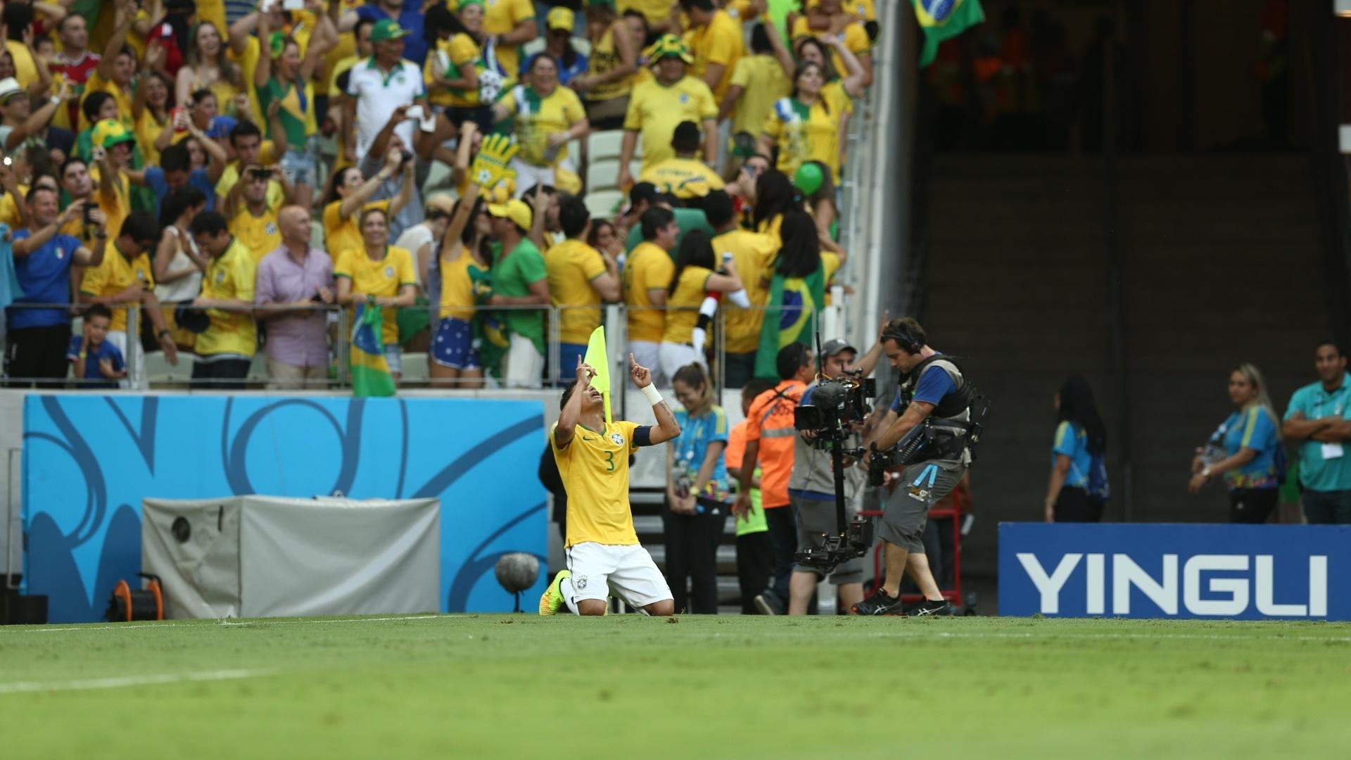 04.jul.2014 - Thiago Silva se ajoelha no gramado e comemora o primeiro gol do Brasil contra a Colômbia, no Castelão