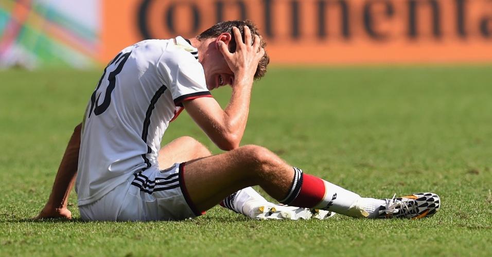 Thomas Mueller fica caído no chão após levar pancada durante partida entre França e Alemanha, no Maracanã