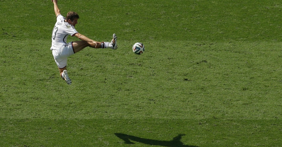 Thomas Mueller tenta jogada de efeito na vitória da Alemanha sobre a França nas quartas de final