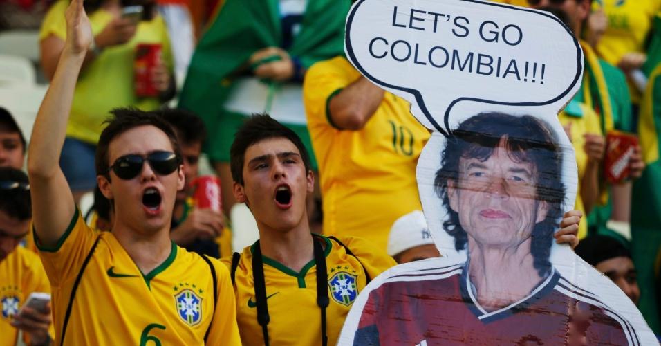 Torcedor aproveita fama de pé-frio de Mick Jagger e leva cartaz gigante do cantor com a camisa da Colômbia ao Castelão