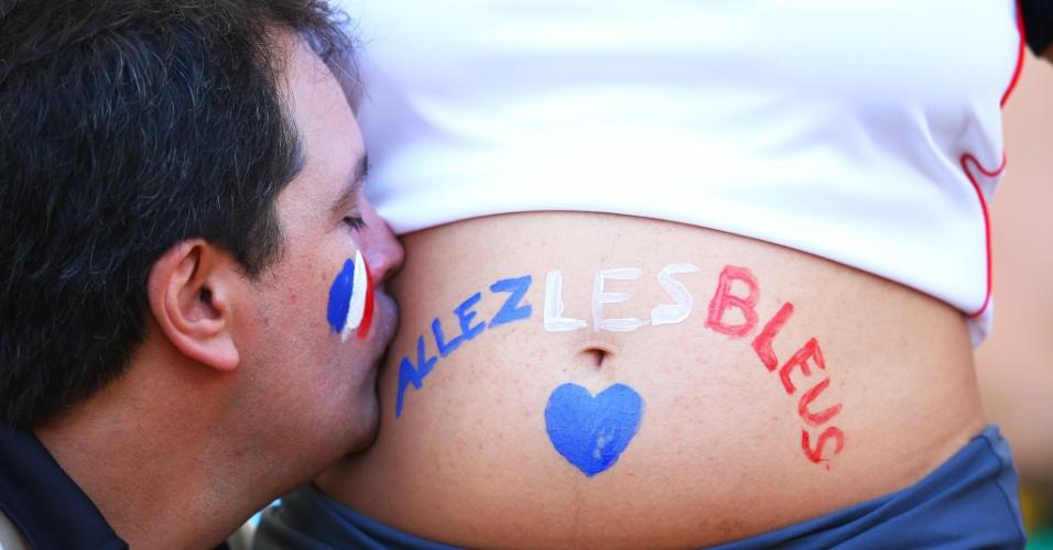 Torcedor beija a barriga de mulher grávida  durante Alemanha e França, no Maracanã