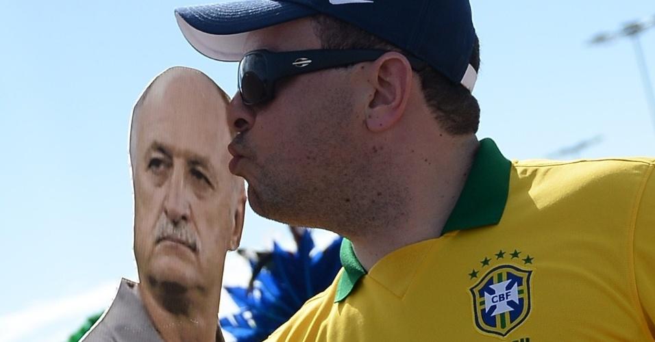 """Torcedor beija """"Felipão"""" do lado de fora do estádio Castelão, em Fortaleza, antes de duelo contra a Colômbia"""