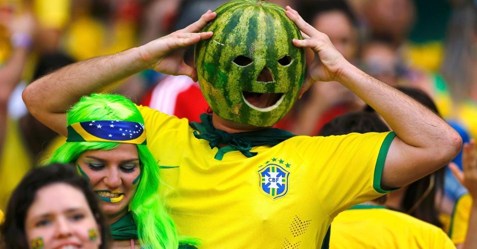 """Torcedor brasileiro coloca """"capacete"""" de melancia para torcer pela seleção contra a Colômbia, no estádio Castelão"""