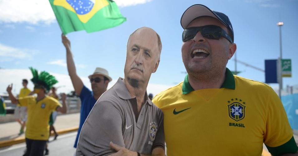 Torcedor carrega pôster gigante do técnico Felipão, antes da partida entre Brasil e Colômbia, no Castelão