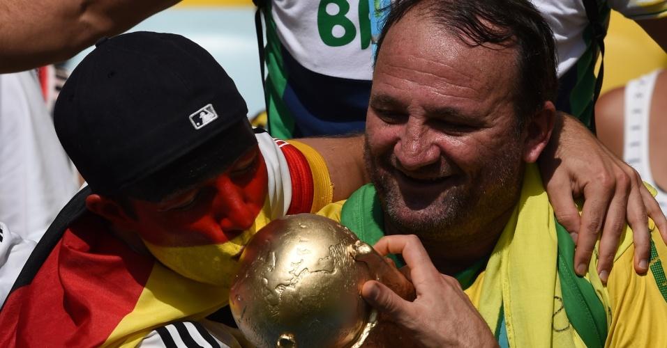 Torcedor da Alemanha beija a taça da Copa do Mundo antes de jogo contra a França, no Maracanã