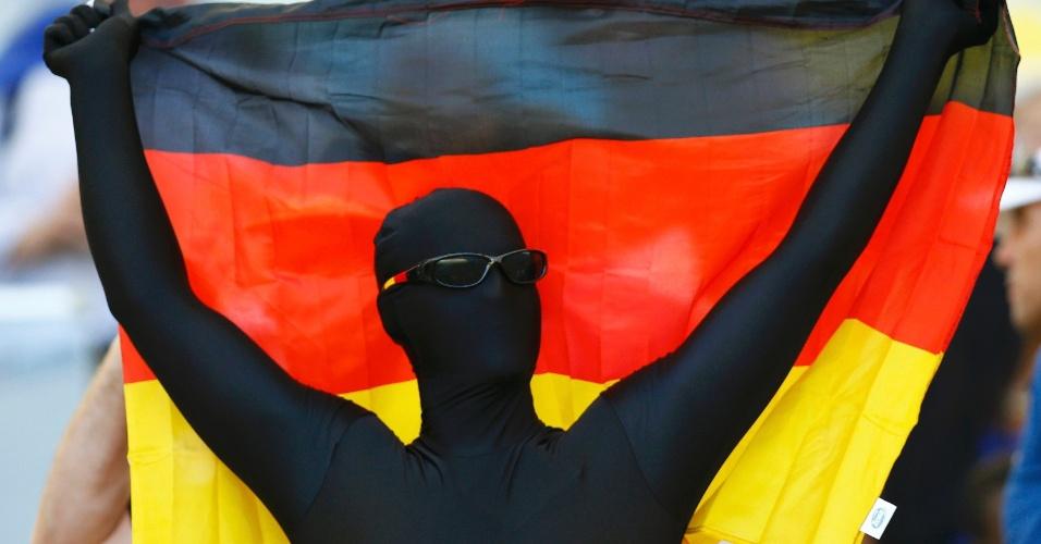 Torcedor da Alemanha vai fantasiado ao Maracanã para o jogo contra a França, pelas quartas de final