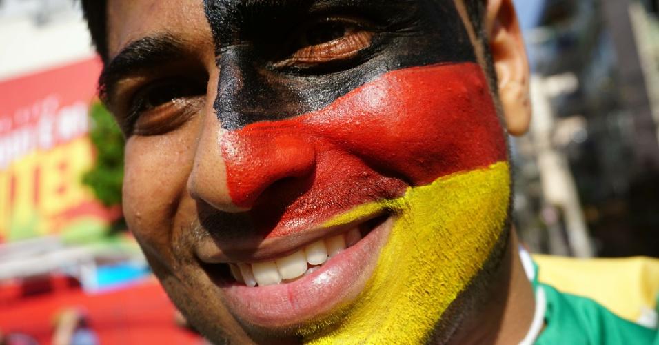 Torcedor pinta o rosto para assistir à partida entre Alemanha e França no Maracanã