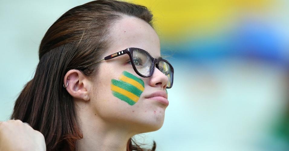 Torcedora brasileira aguarda o início da partida contra a Colômbia, no Castelão, pelas quartas de final da Copa