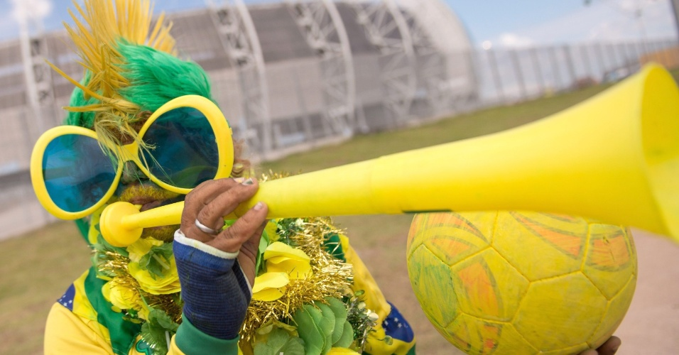 Torcedora brasileira capricha nos acessórios antes do jogo contra a Colômbia, no Castelão