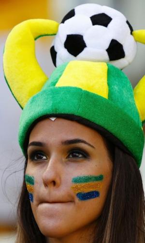 Torcedora brasileira de chapéu aguarda início do jogo entre Brasil e Colômbia, no Castelão, em Fortaleza