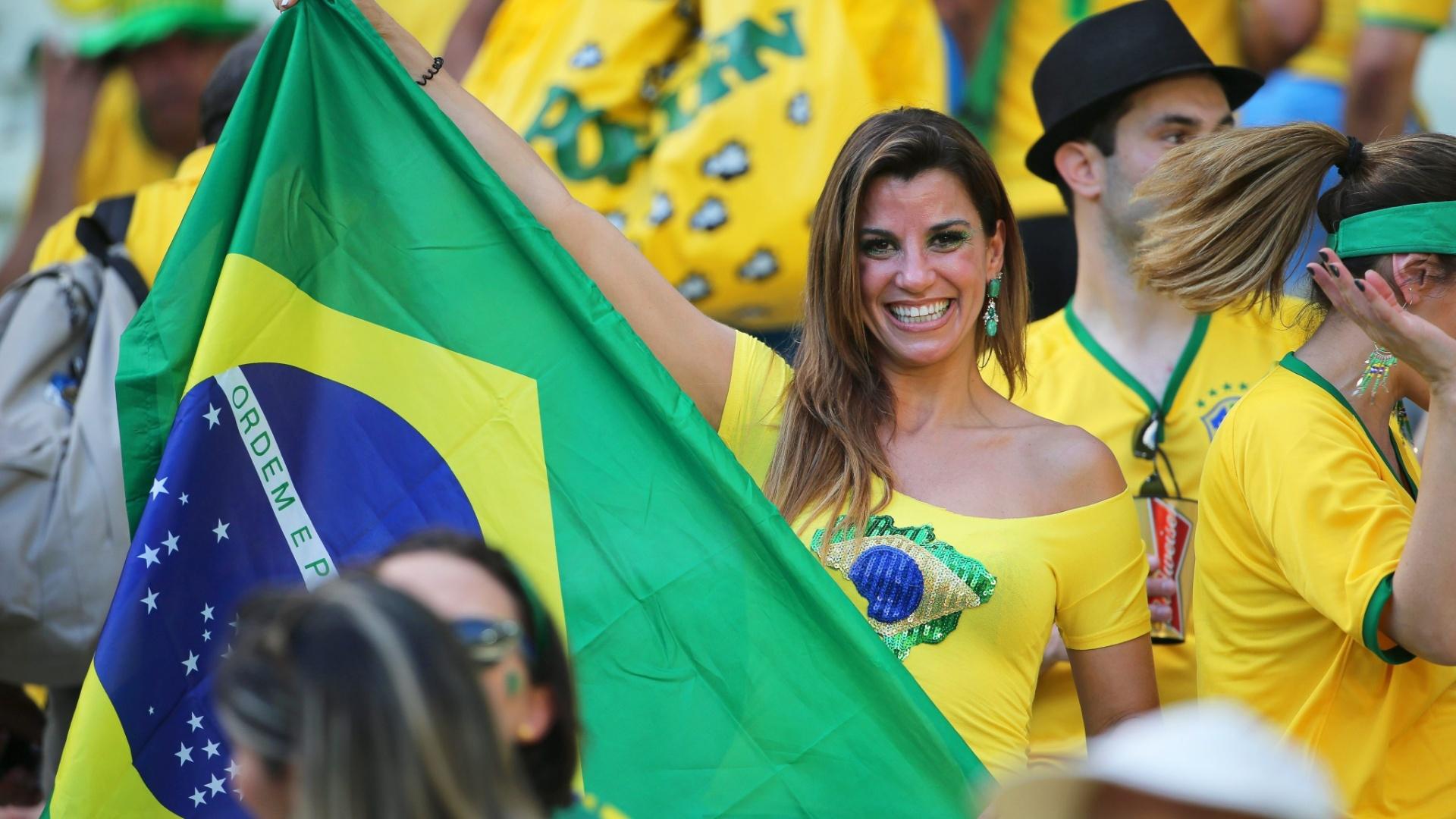 Torcedora do Brasil leva bandeira à arquibancada do Castelão para o jogo contra a Colômbia