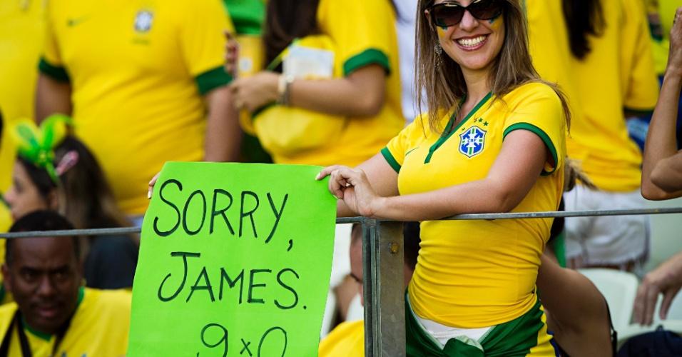 Torcedora do Brasil provoca colombiano James Rodríguez com cartaz antes do início da partida pelas quartas de final da Copa do Mundo