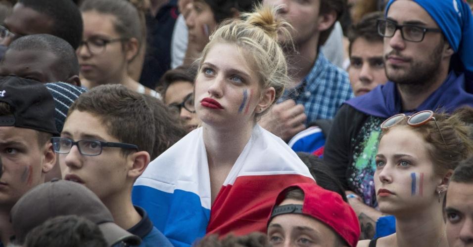 Torcedora francesa faz biquinho em Paris após derrota da França para a Alemanha