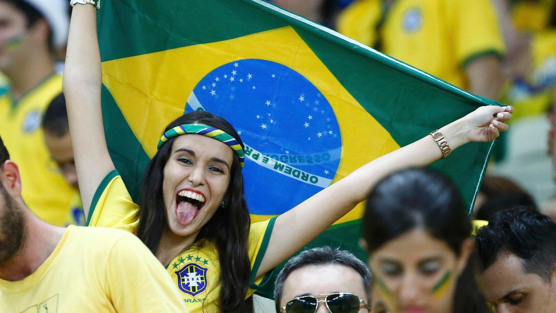 Torcedora no Castelão comemora classificação do Brasil às semifinais após vitória sobre a Colômbia