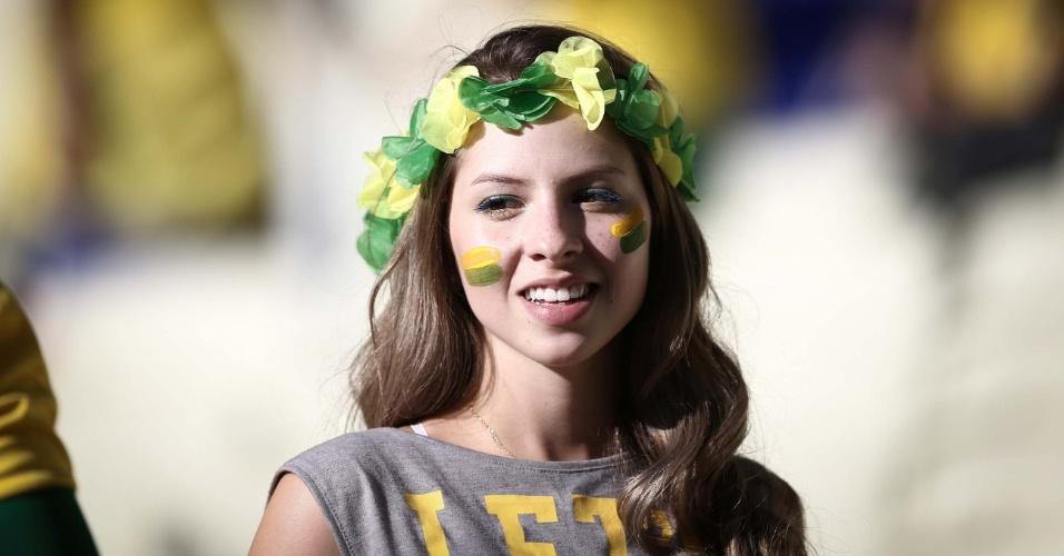 Torcedora no Castelão usa acessório verde e amarelo na cabeça para o jogo contra a Colômbia