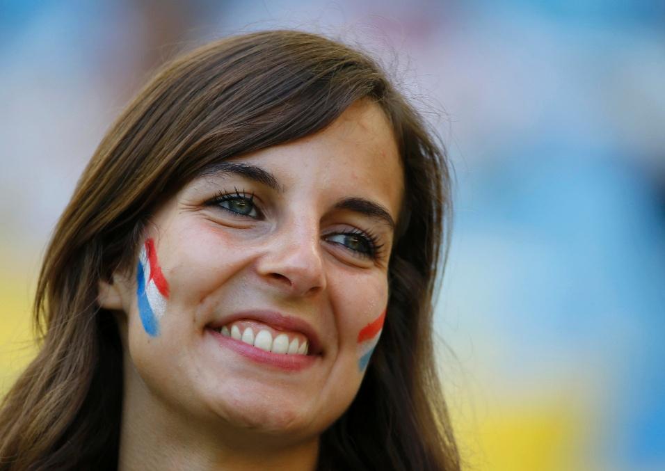 Torcedora pinta o rosto com as cores da França para o duelo contra a Alemanha no Maracanã