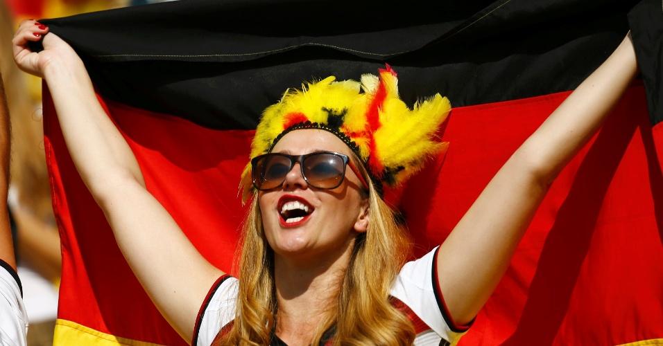 Torcedora segura bandeira da Alemanha antes de partida contra a França no Maracanã