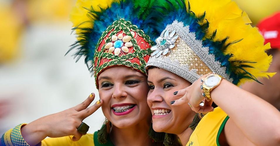 Torcedoras brasileiras aguardam sorridentes a partida no Castelão, entre Brasil e Colômbia