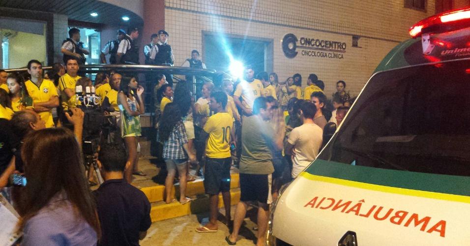 Torcedores aguardam ao lado de fora de clínica a qual Neymar foi levado após partida contra a Colômbia
