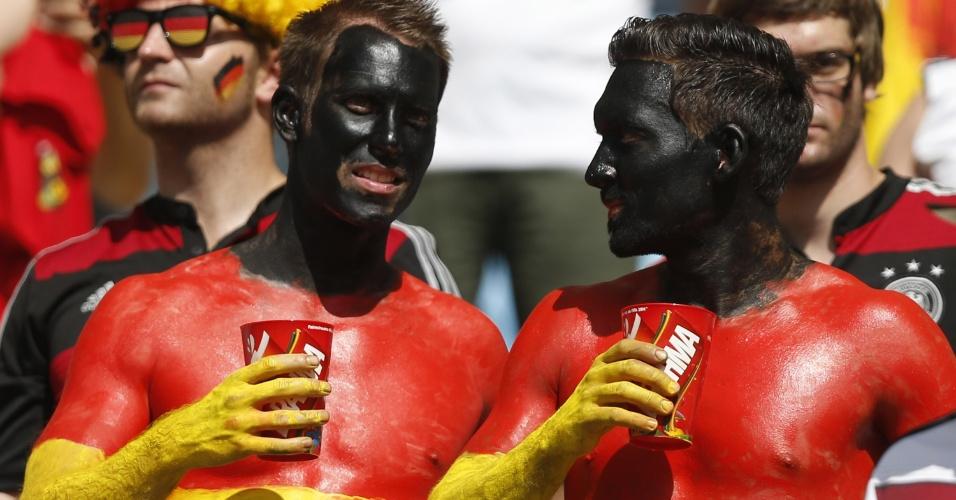 Torcedores alemães não se contentam em pintar somente o rosto e passam tinta com as cores da Alemanha pelo corpo