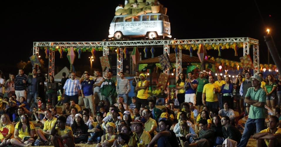 Torcedores assistem ao jogo contra a Colômbia na Fan Fest de Brasília, em Taguatinga